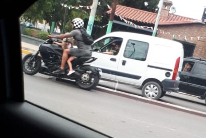 La imprudencia de un motociclista en plena Libertador