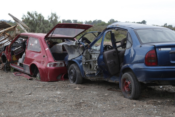 Empezaron a convertir en chatarra autos abandonados desde hace 30 años