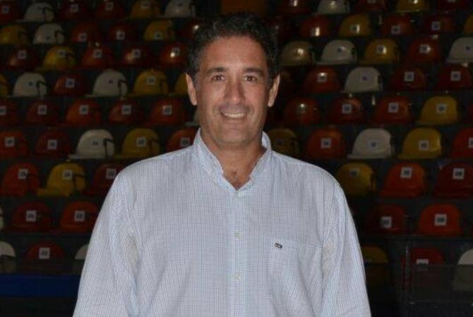 San Juan va por la cancha de agua para el hockey pista