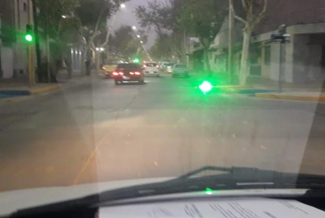 Se cayó un semáforo en pleno centro y funcionando