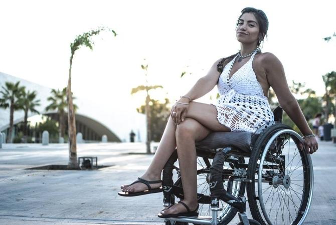 El fotógrafo que eligió a una modelo en silla de ruedas y es viral