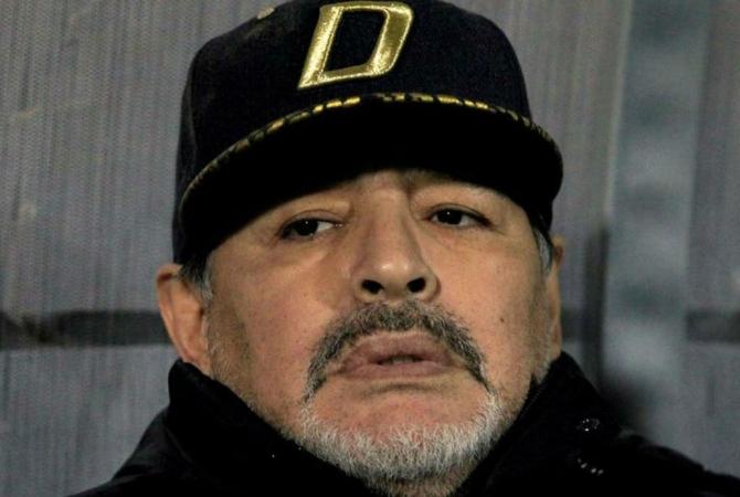 Diego Maradona volvió a caminar tras su operación