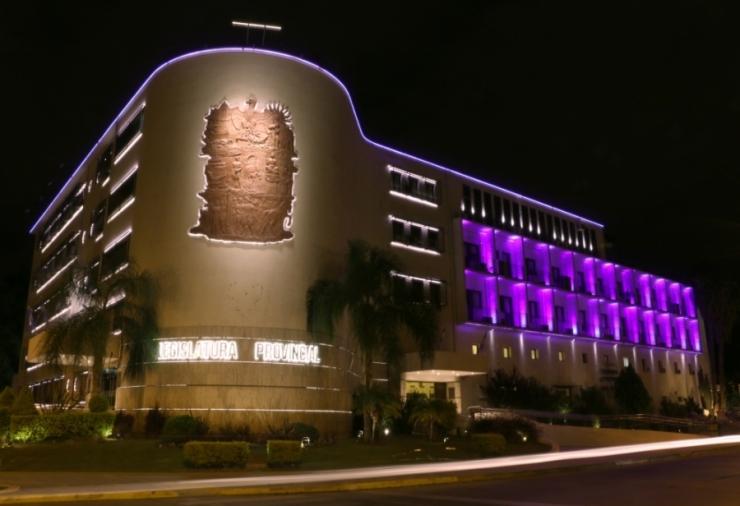 El edificio legislativo iluminado de color lila