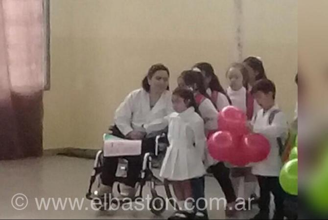La otra cara del paro: docente caucetera fue en silla de ruedas a dar clases