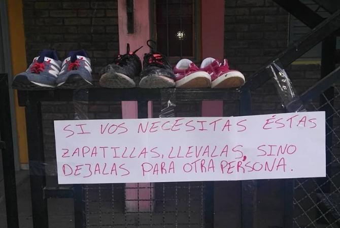 Exhibió zapatillas para que se la lleven personas que la necesiten