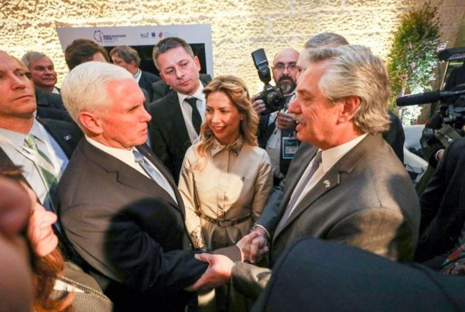 Alberto Fernández intercambió saludos con Pence y Macron